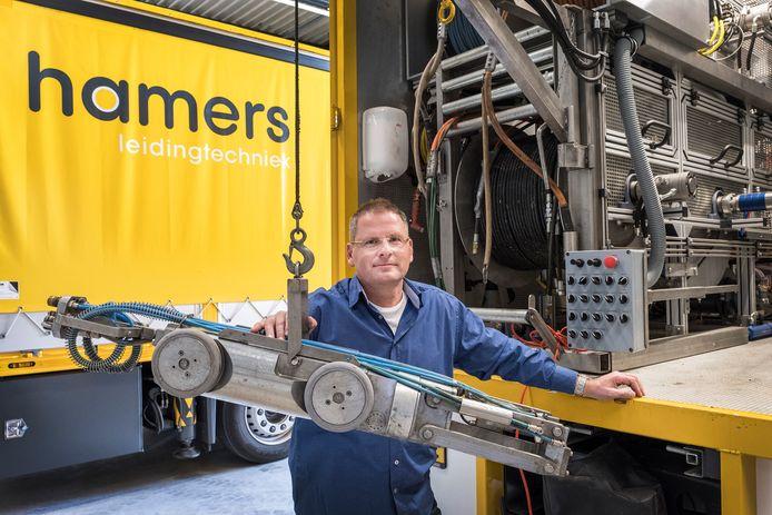 Stephan Hamers met een van zijn robots.