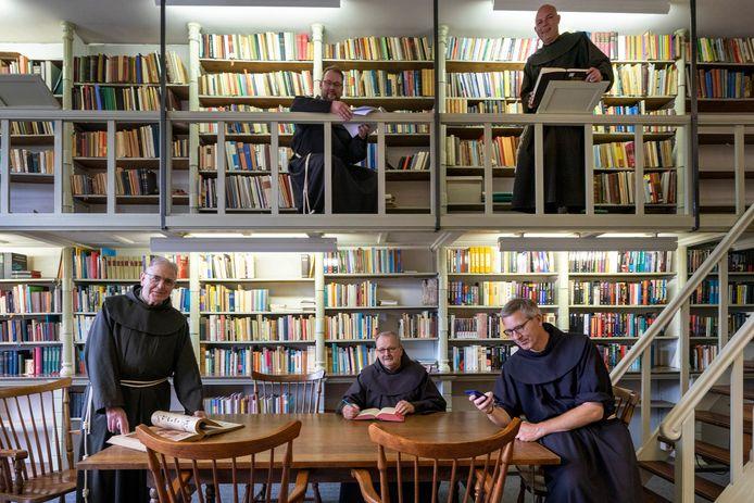 Ton Peters (linksonder) samen met zijn nieuwe medebroeders in de bibliotheek in het 'Stadsklooster San Damiano' in Den Bosch