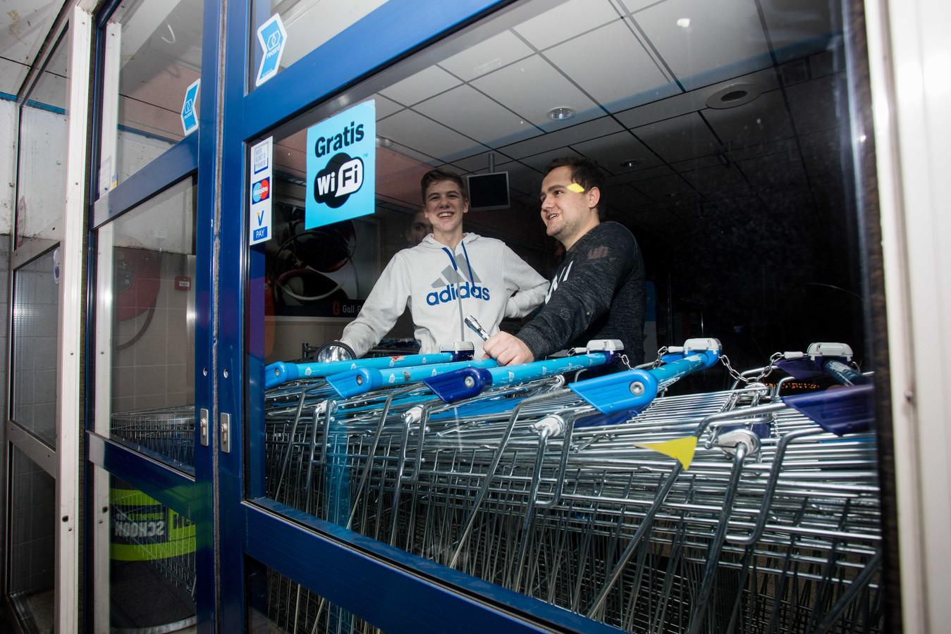 Medewerkers van een Albert Heijn hebben de deur van de winkel gebarricadeerd met winkelwagentjes om te voorkomen dat mensen de winkel binnenkomen.