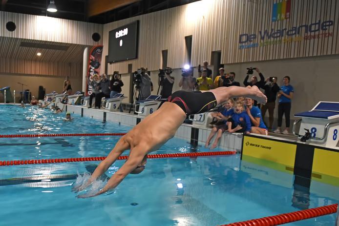 Maarten van der Weijden heeft zijn poging om het wereldrecord 24 uur zwemmen te verbeteren, gestaakt.