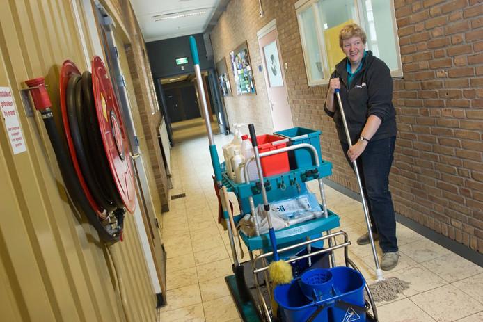 WML-schoonmaakster aan het werk.