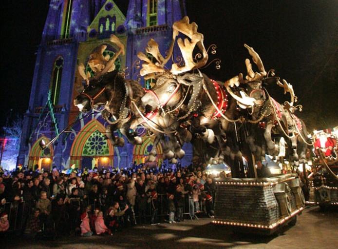Drukte voor de Catharinakerk, waar een van de praalwagens van de Kerstparade passeert. Foto Irene Wouters