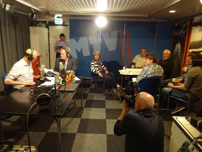 Corné Schoenmaker (links) en Peter van de Wouw ontvangen Moergestelse gasten in de studio van MTV Radio