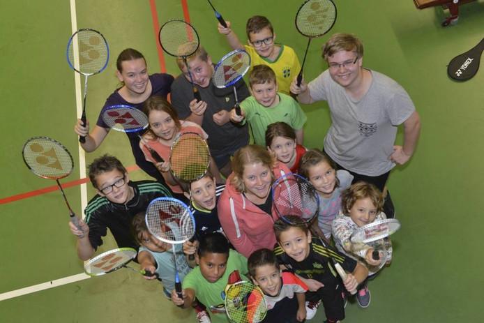 Veerle Ton tussen de badmintonners van BC Thiela. Foto: William Hoogteyling