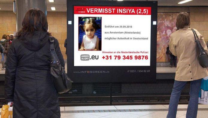 Duitsland verspreidt posters van de 2-jarige Insiya op trein -en busstations