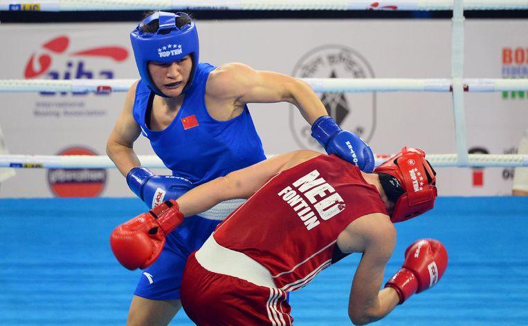 Nouchka Mireille Fontijn (in rood) en Qian Li of China (in blauw) strijden tijdens de vrouwen WK-finale boksen in de categorie tot 75 kilogram(New Delhi). Beeld AFP