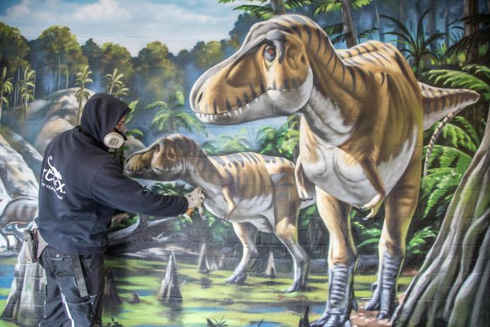 Grote drukte in Dinoland. De schilderkunst moet allemaal klaar voor de start van het seizoen op 1 april.