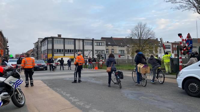 Slagboom spoorwegovergang Muidepoort afgereden door vrachtwagen, treinverkeer stil, wegverkeer in file