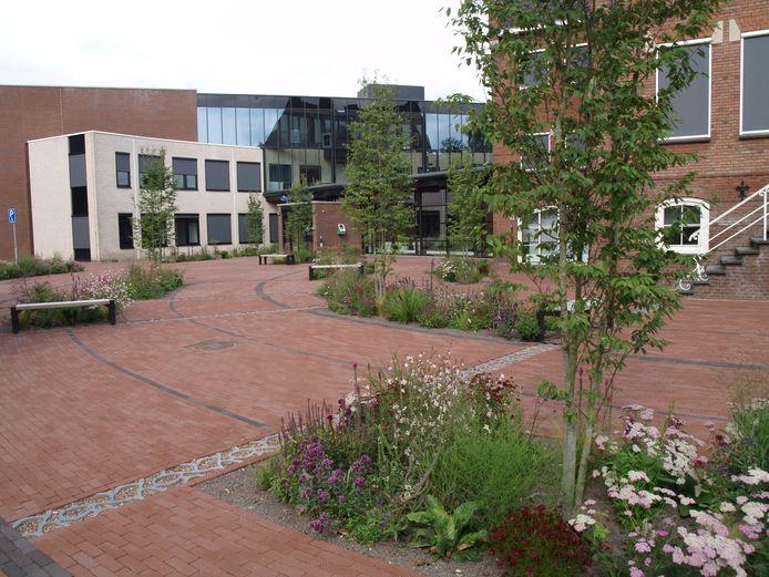 Het voorterrein van het gemeentehuis van Oost Gelre in Lichtenvoorde. Archieffoto ter illustratie.