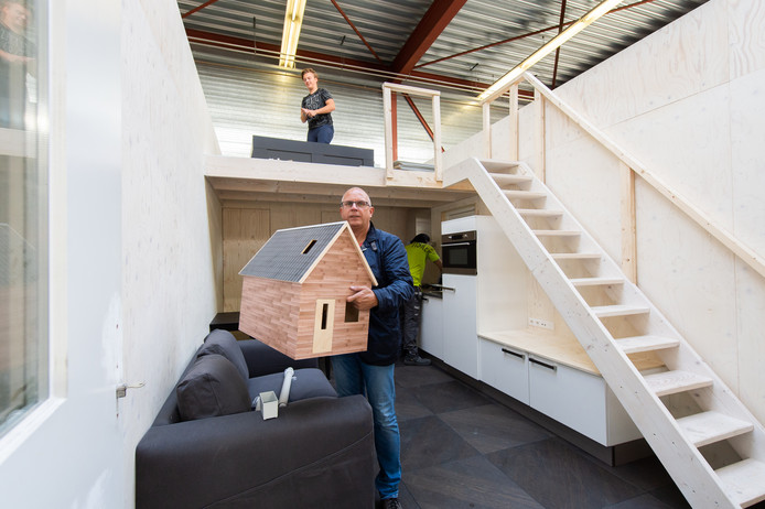 Thieu Visker met een model van een tiny house.
