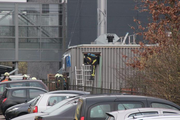 De brandweer zoekt zich een weg in de container.