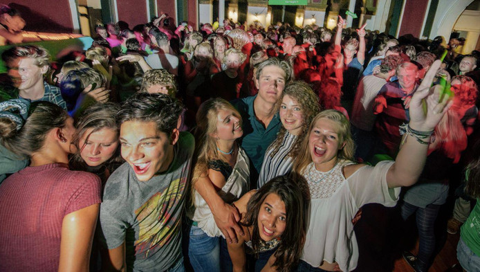 Studenten feesten bij het Delfts Studenten Corps tijdens de Owee 2015