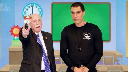 Sacha Baron Cohen krijgt republikeinen zover dat ze wapenreclame voor kleuters opnemen