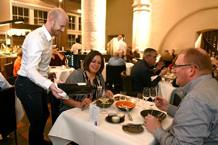 Sommelier Ton Smits bedient een stelletje dat geniet van de Valentijnsbeleving bij restaurant 't Weeshuys in Geertruidenberg.