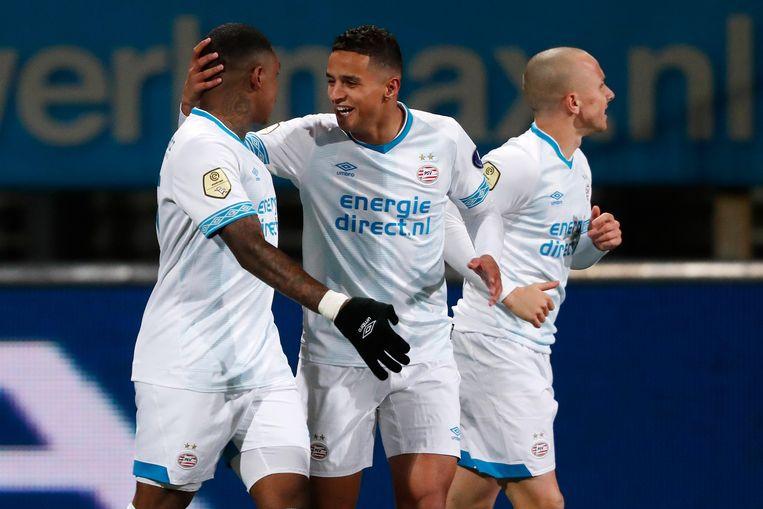 PSV'er Bergwijn (links) heeft gescoord. Ihattaren, debutant in de basis, viert het doelpunt met hem mee.  Beeld BSR Agency