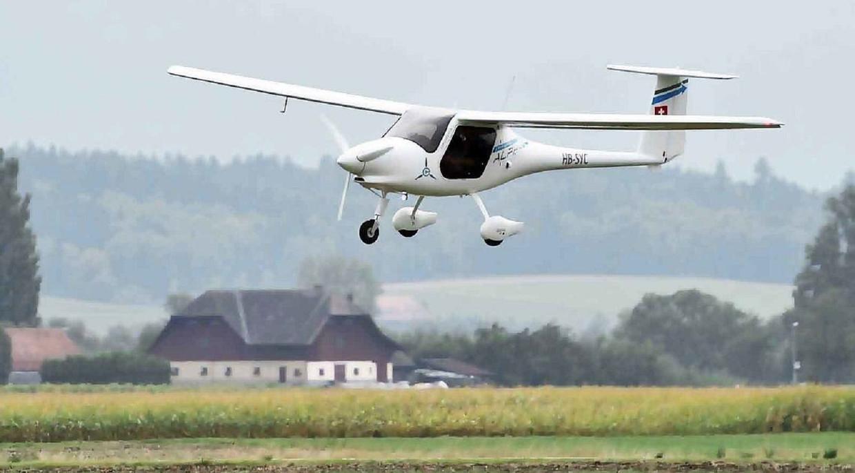 Een elektrische tweezitter, de Pipistrel Alpha, bij een demonstratievlucht in Zwitserland. Hoe lang nog voordat er een vierpersoons variant in de lucht verschijnt? Beeld Pipistrel