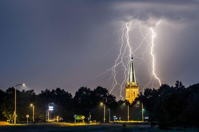 Fotograaf Martijn Bijzitter maakte gisterenavond een indrukwekkende foto van blikseminslagen rond de 87 meter hoge Grote- of Sint-Clemenskerk.