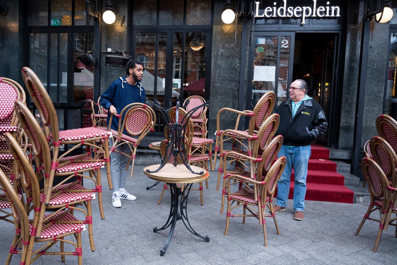 Een café op het Leidseplein sluit de deuren op 15 maart, toen de horecasluiting van start ging.   Beeld ANP