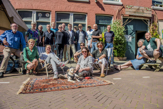 De bewoners van de Roggeveenstraat in Den Haag kochten hun eigen straat.