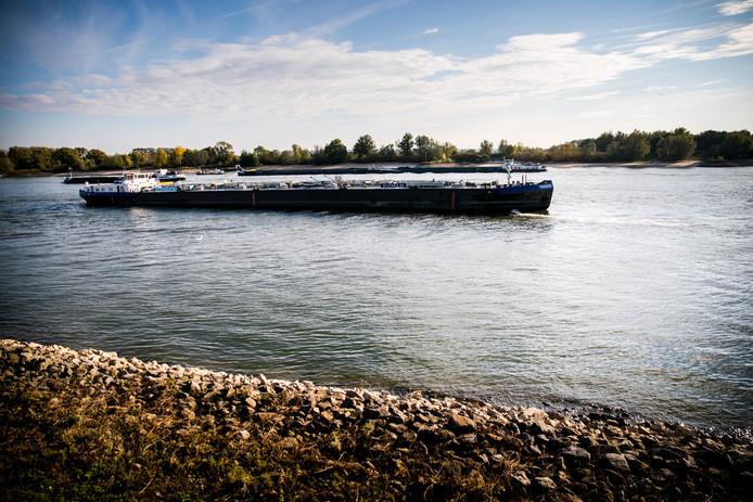 Een binnenvaarttanker onderweg.
