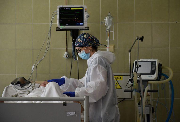 Een corona-patiënt wordt behandeld in een ziekenhuis in de West-Oekraïense stad Lviv, in juni dit jaar.  Beeld AFP