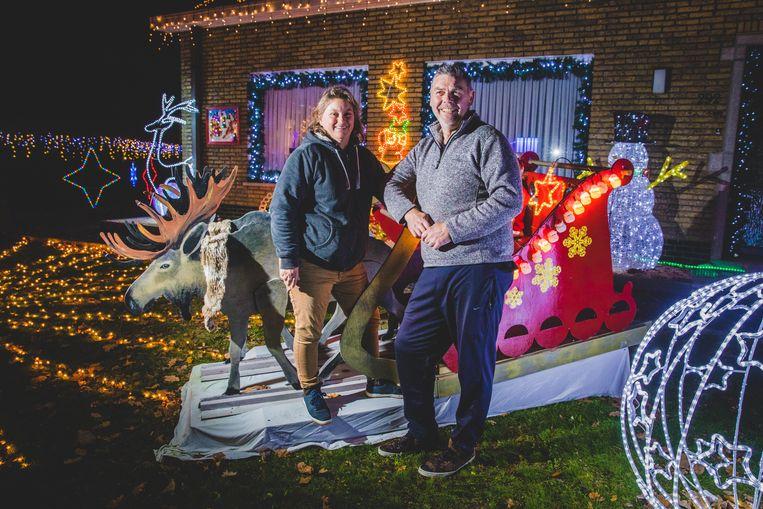 Heinz en Hilde bij hun kersthuisje.