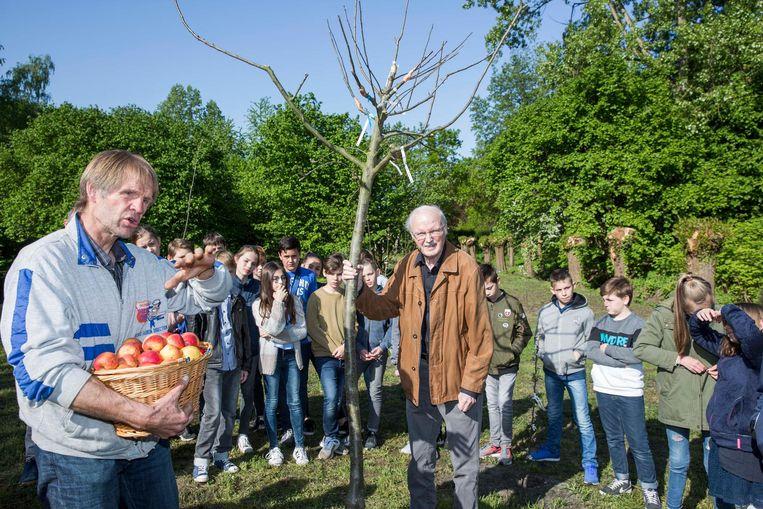 Oud-schepen van Milieu Harry Vanherft (midden) mocht de boom planten.