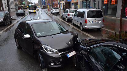 Vrouw gewond na stevige klap tegen Mercedes