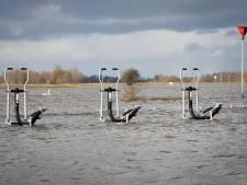 Hoogwater zet gloednieuwe sporttoestellen in Olst onder water