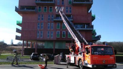 Brandweer moet flatbewoner evacueren met ladderwagen