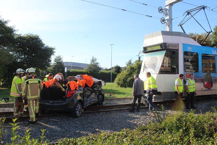 De auto werd een tiental meter meegesleurd.