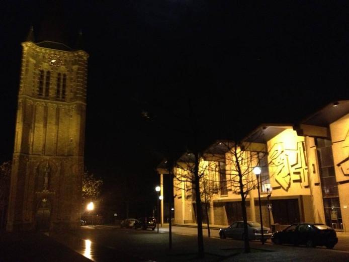 De kerk (rechts) en de kerktoren in Son.