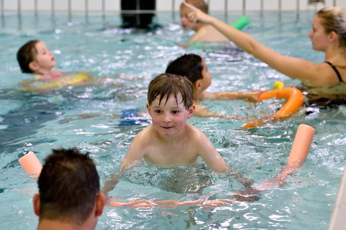Spelenderwijs zijn kinderen met de SwimSpeedaanpak in De Dumpel op weg naar diploma A.