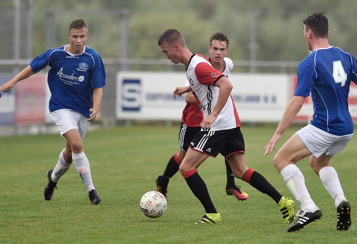 Steven Smulder (midden) speelde twee jaar geleden met Feyenoord A1 tegen Jong Zeeland. Links zijn vriend en voormalig ploeggenoot Erwin Franse, met wie hij komend seizoen weer samenspeelt, bij Hoek.