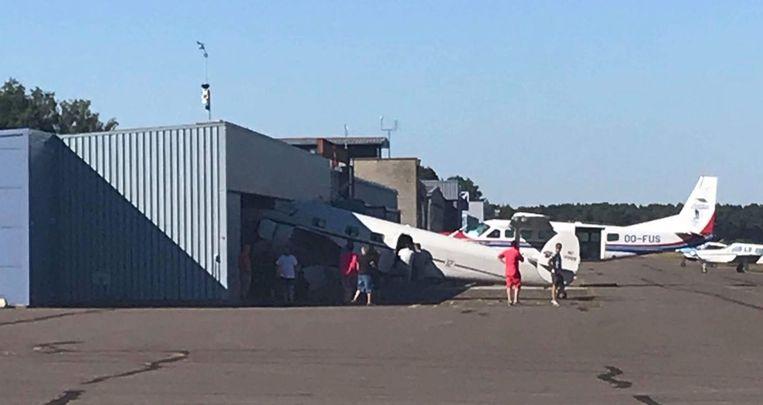 De Lockheed kon niet tijdig stoppen en zat met z'n neus door de hangar.
