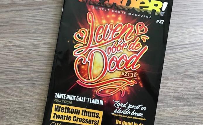 De naam 'Harder!' voor de krant verwijst naar de naam van de Zwarte Cross-fanclub, dat ook een eigen magazine heeft.
