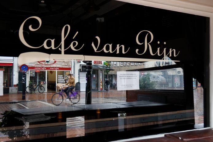 Sinds begin vorige week is café Van Rijn gesloten. Volgens de GGD zijn al 51 nieuwe corona-gevallen aan de kroeg in de Nijmeegse Molenstraat te linken.