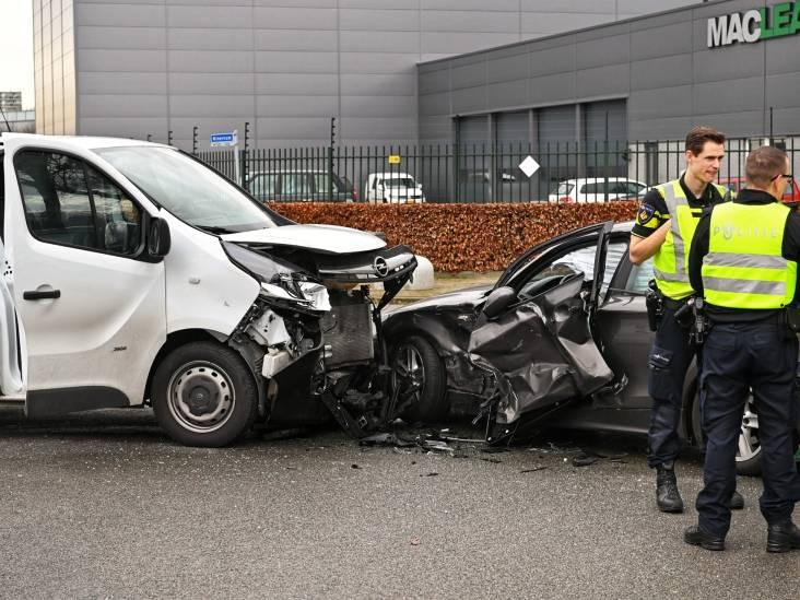Twee auto's total loss door aanrijding in Breda