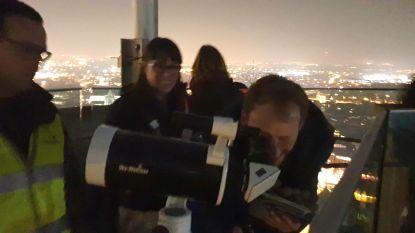 Maneblussers staren naar de maan vanop Sint-Rombouts