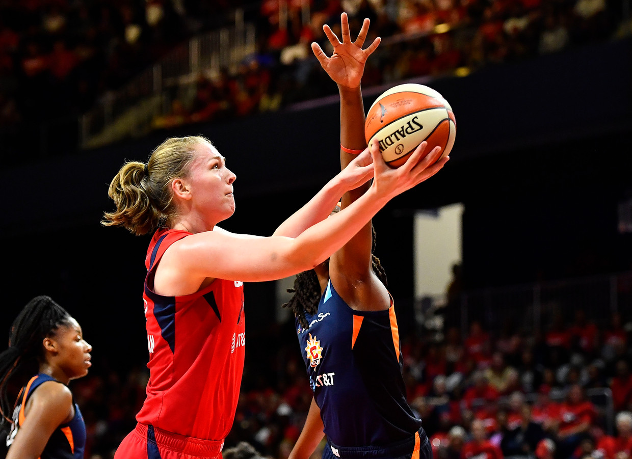 Emma Meesseman (Washington Mystics) met een lay-up in de WNBA-finale tegen Connecticut Sun.