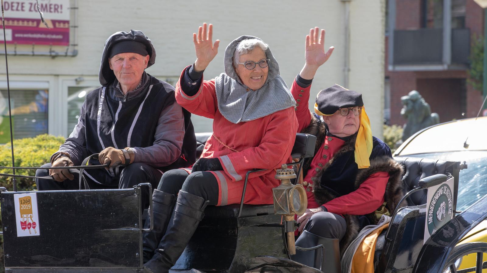 Jan en Tonny Hamers in hun zwarte koets met hertog Jan I van Brabant.