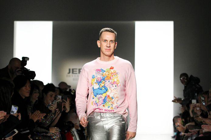 Jeremy Scott tijdens zijn modeshow in 2018, destijds nog wel in New York.
