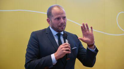 N-VA opent hoofdkwartier 'Het Nest' in Leuven, maar Theo Francken overleeft het niet (zijn sticker op het raam, welteverstaan)