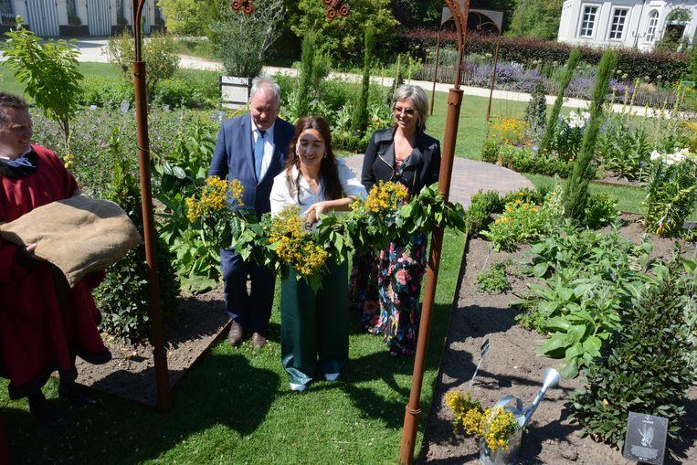 Met een grote tuinschaar mocht minister Demir de Tuin van Vijd in Hof ter Saksen officieel openen.