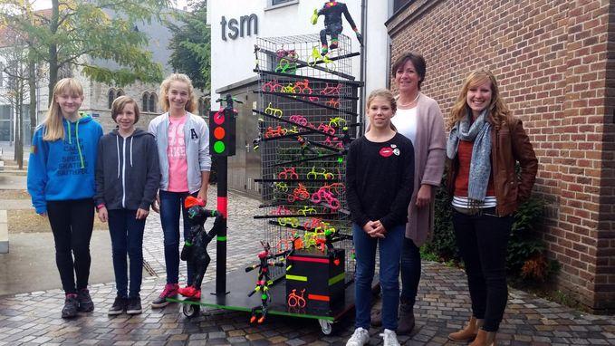 Leerlingen zetten fluo beeld aan schoolpoort