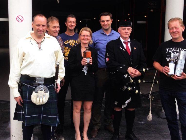 Het whiskyteam van Deinze laat iedereen meeproeven.