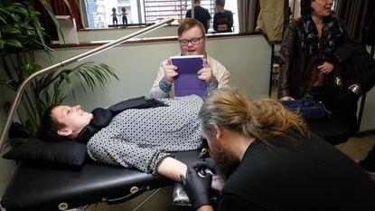 Trotse ouders van Downkinderen zetten tattoo