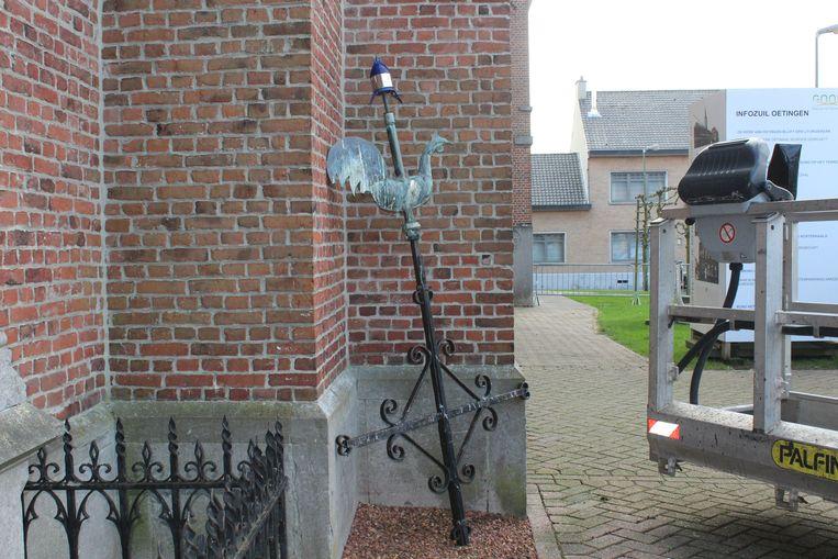 De haan van de kerktoren in Oetingen werd verwijderd.