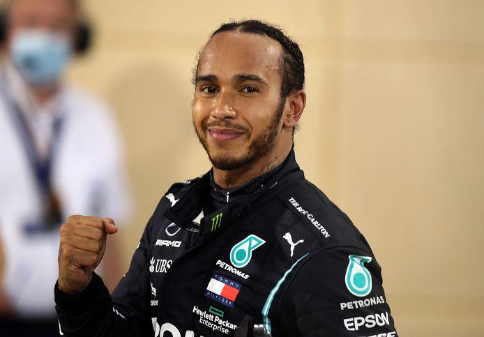 Lewis Hamilton kon vorige week juichend na zijn overwinning in Bahrein. Dit weekend is hij er na een positieve coronatest niet bij.