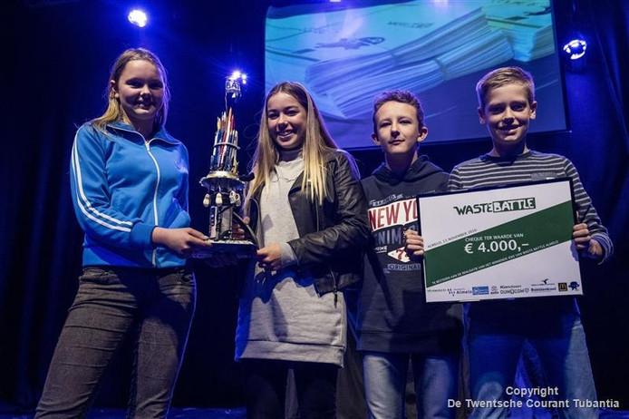 De winnaars van de eerste Waste Battle, met de van zwerfafval gemaakte bokaal en een cheque ter waarde van 4.000 euro voor de eerste stap naar realisatie van hun idee.